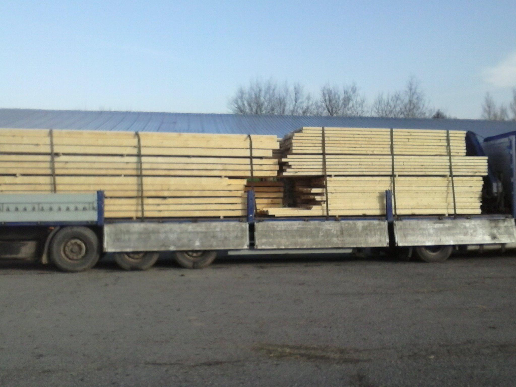 Krovové řezivo naložené na kamionu s hydraulickou rukou připravené k odvozu